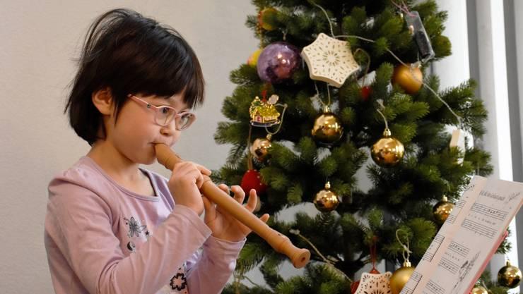 Ellas Hobbys – wenn sie nicht auf der Bühne steht – sind Tanzen und Flötespielen.