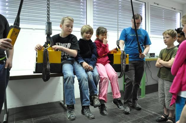 Die Kinder testen die Magnetkraft