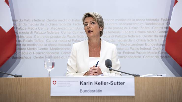 Bundesrätin Karin Keller-Sutter an der Medienkonferenz  zur Begrenzungsinitiative.