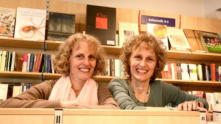 Manuela Probst (links) und ihre Zwillingsschwester Claudia Probst führen ab 1.Oktober die Bachletten-Buchhandlung – mithilfe von Manuela Probsts Tochter Isabella (nicht auf dem Foto). Susanna Petrin