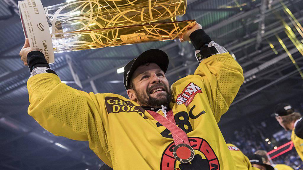 Martin Plüss im letzten Frühjahr mit dem zweiten Meistertitel in Folge als damaliger Captain des SC Bern.