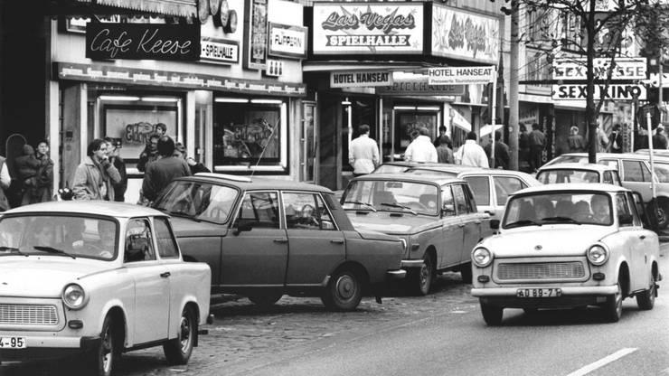 Mit ihren Trabis nutzen viele DDR-Besucher am 11.11.1989 ihren Hamburg-Besuch zu einer Stippvisite auf der Reeperbahn