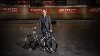 Der Chef posiert mit dem BMC-Tour-de-France-Rennrad im Velodrome in Grenchen. David Zurcher im Element.