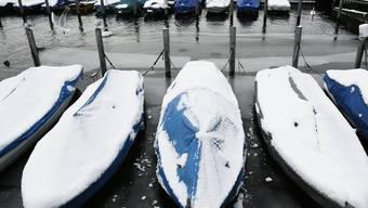 Der Mann wollte sein Boot vom Schnee befreien und fiel dabei ins eiskalte Wasser (Symbolbild, Archiv)