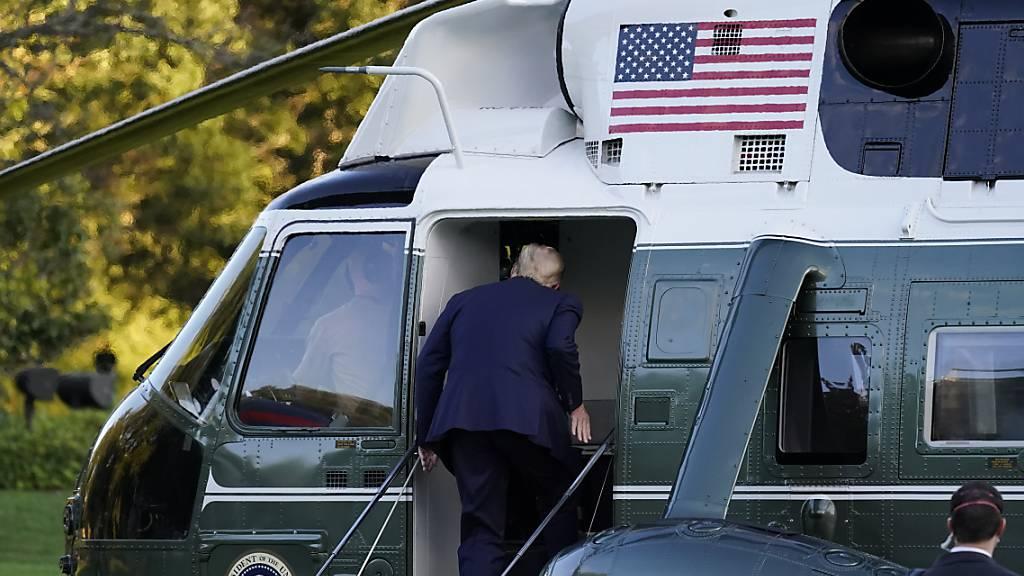 Donald Trump, Präsident der USA, steigt in die Marine One ein. Foto: Alex Brandon/AP/dpa