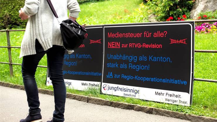 Die Jungfreisinnigen haben im gesamten Kanton Baselland sechzig Plakate aufgehängt, mit denen sie für die Annahme der Regio-Kooperationsinitiative werben. Diese beiden befinden sich an der Schützenstrasse in Liestal nahe dem Bahnhof.