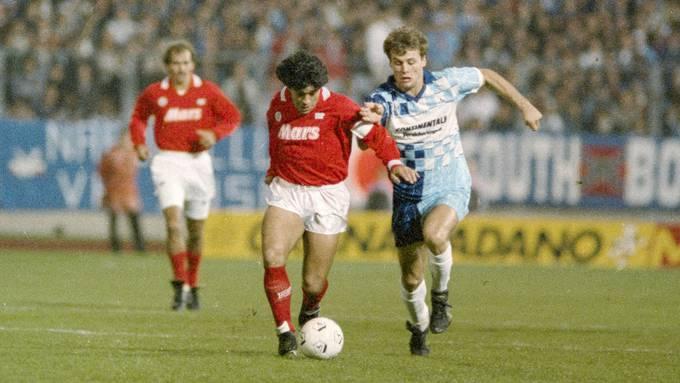 Ein Bild für die Ewigkeit: Maradona (am Ball) gegen den FC Wettingen im Stadion Letzigrund. Das Hinspiel endete 0:0, das Rückspiel verloren die Aargauer 1:2.