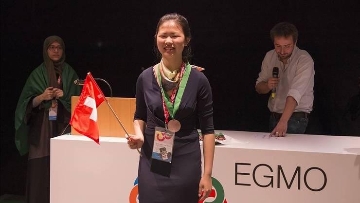 Die glückliche Bronzenmedaillengewinnerin repräsentiert die Schweiz an der Mathematik-Olympiade.