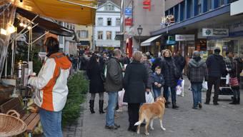 Sonntagsverkauf in Aarau: An den Adventssonntagen sind viele noch auf der Suche nach einem passenden Geschenk. (Archiv)