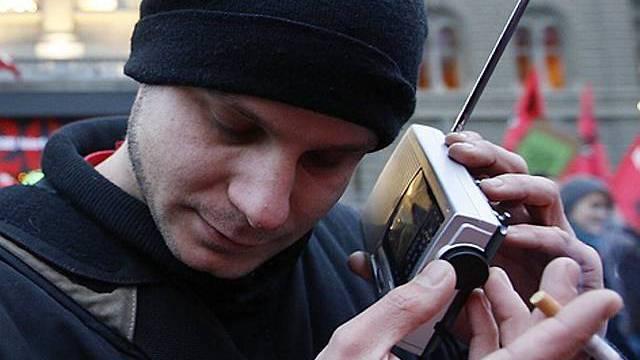Junger Mann mit Mini-Radio