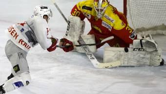 Der HC Sierre, hier im Bild mit Goalie Remo Giovannini, verpasste es in Zug, bis auf einen Punkt an die Playoff-Plätze heranzukommen