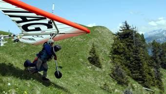 So müsste es sein: Pilot und Passagier mit Gurten gesichert am Deltasegler. (Archivbild)