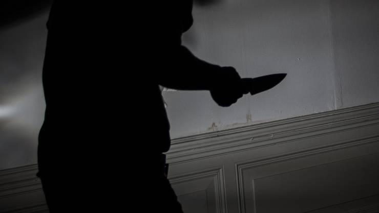 Der Täter sprach die junge Frau im Treppenhaus, folgte ihr bis in die Wohnung und verletzte sie mit einer Stichwaffe. (Symbolbild)
