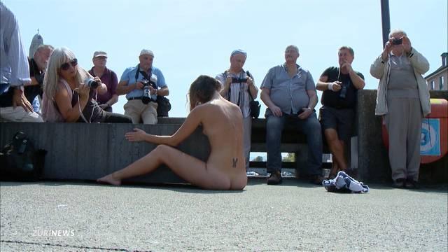 Viele Nackte auf der Rathausbrücke
