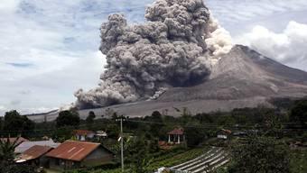 Spektakuläres Bild vom 1. April: Vulkan im indonesischen Sinabung spuckt Asche aus (Archiv)