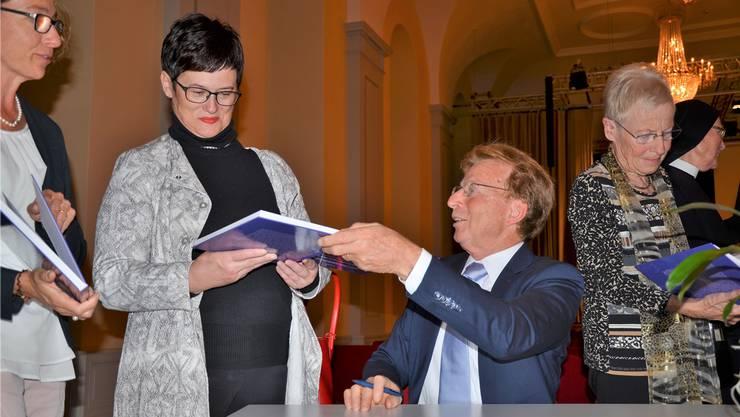 Historiker Josef Kunz signiert nach dem Festakt im Festsaal des Klosters Muri sein Jubiläumsbuch.