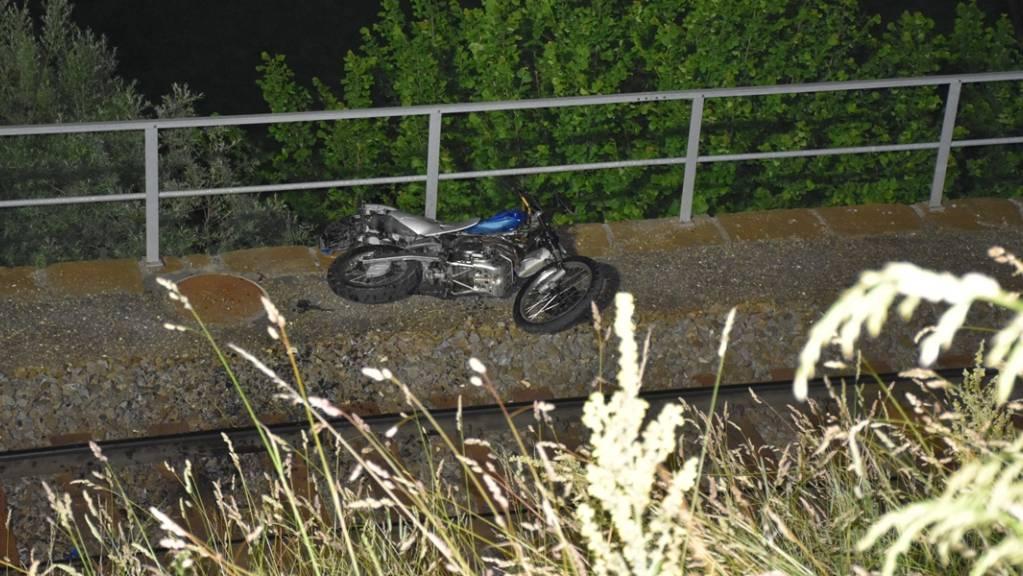 Der Töfffahrer landete mit seinem Motorrad auf dem Gleis der Rhätischen Bahn.