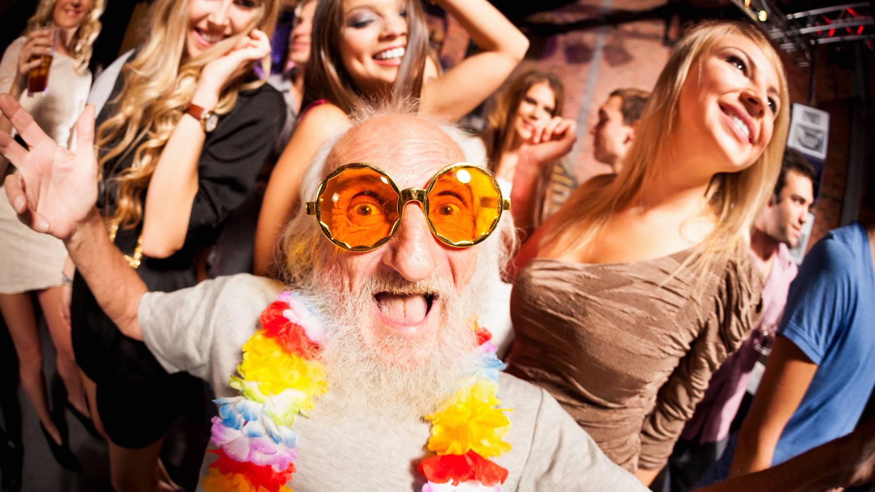 Statt einem illegalen Rave fanden die Beamten nur viele Rentner vor, die für eine Covid-Impfung anstanden. (Symbolbild)