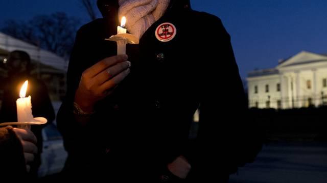 Waffengegner zünden vor dem Weissen Haus in Washington Kerzen an und gedenken der Opfer