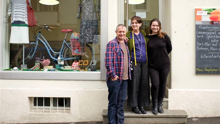 Urs Hagenbuch mit den Leiterinnen des Textilateliers Marianne Schäfer und Polina Solovieva.
