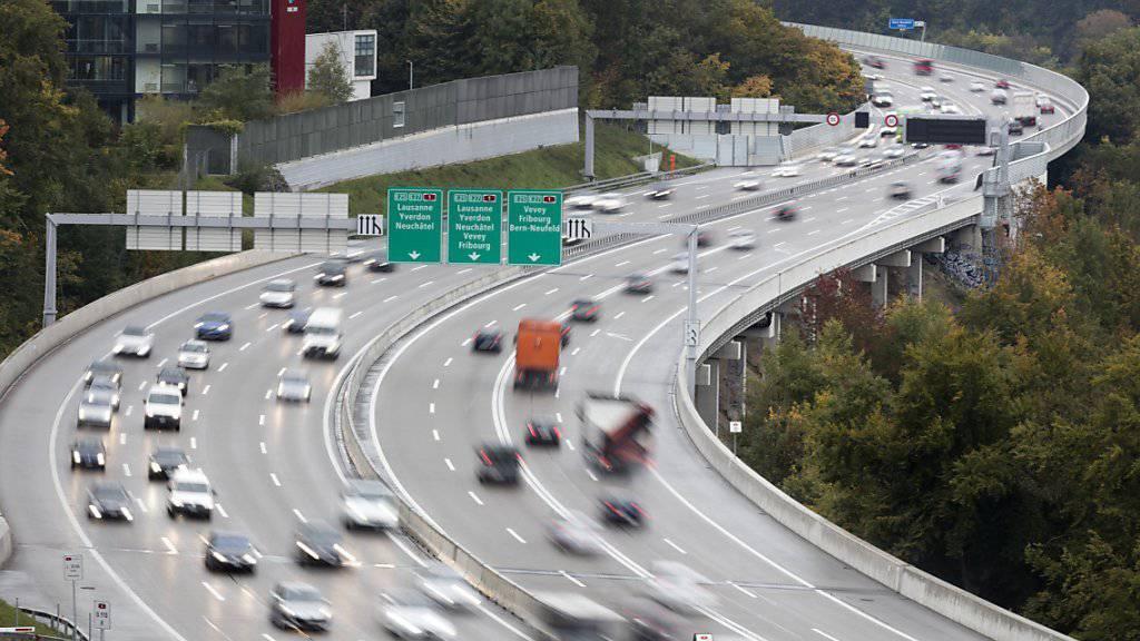 Der Ständerat will, dass der Bund mehr an die Autobahnen zahlt. Die Autofahrer hingegen kommen mit einem blauen Auge davon. (Archiv)