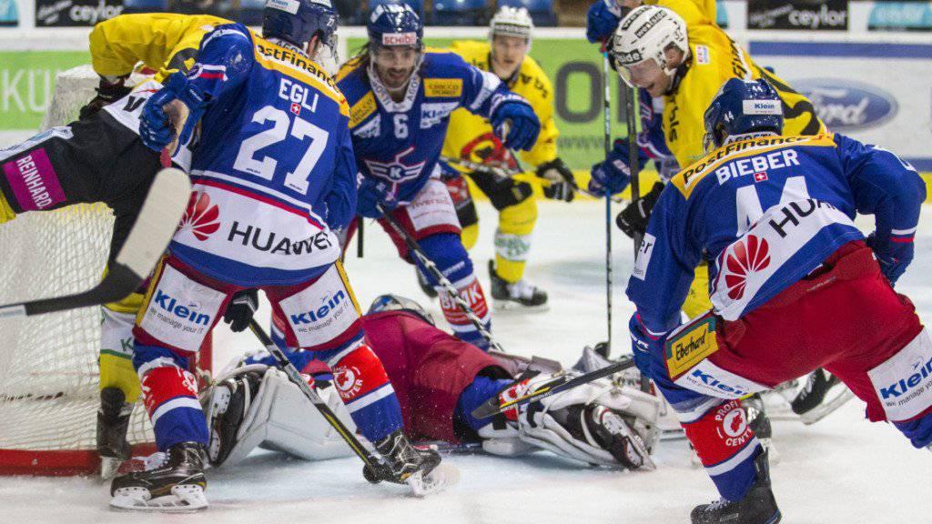 Der Berner Verteidiger Calle Andersson (links) schiesst den Siegtreffer für den SC Bern auswärts in Kloten