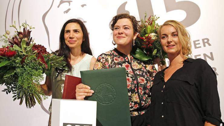 In Klagenfurt preisgekrönt, sehen sich (v.l.n.r.) die Schweizerinnen Dana Grigorcea und Nora Gomringer sowie die Österreicherin Valerie Fritsch am Wochenende auf dem Erlanger Poetenfest wieder (Archiv)