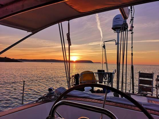 Immer wieder eine Wucht: Ein Sonnenaufgang an Bord zu erleben, hier vor Portscatho.
