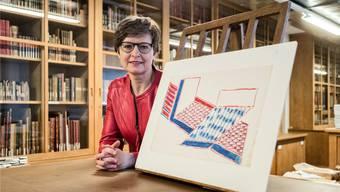 Anita Haldemann, die interimistische Leiterin des Kupferstichkabinetts, mit einer Zeichnung von Frank Stella.