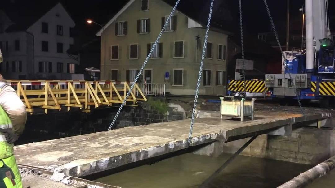 Der Kran hebt das letzte Teil der Reppischbrücke im Dietiker Oberdorf heraus