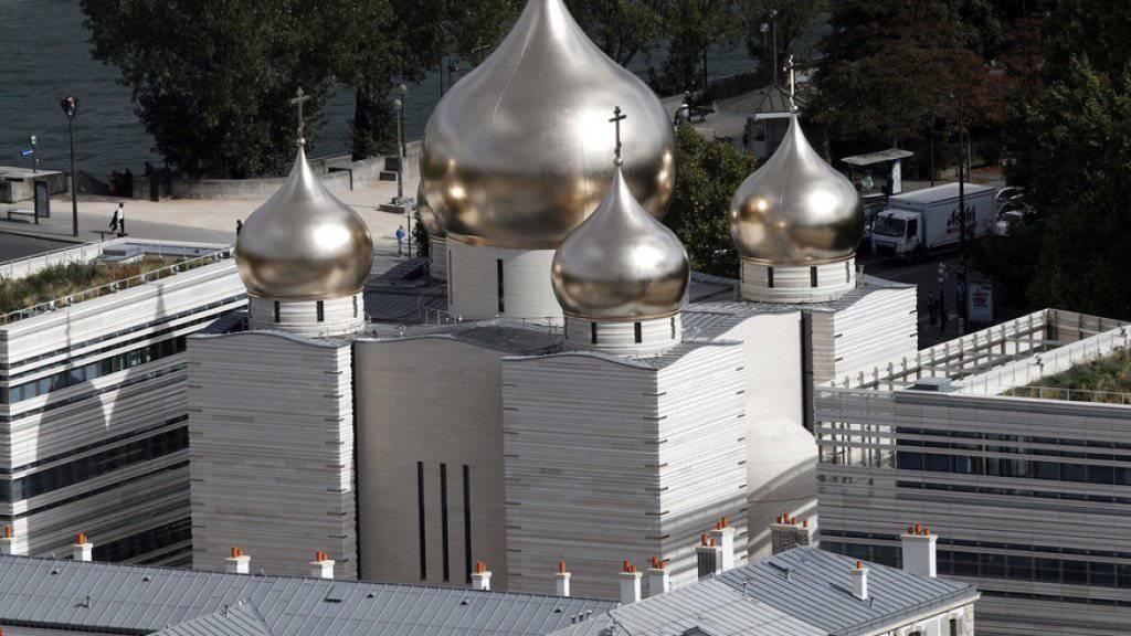 Der markante Bau mit fünf Zwiebelkuppeln zwischen Eiffelturm und Invalidendom.