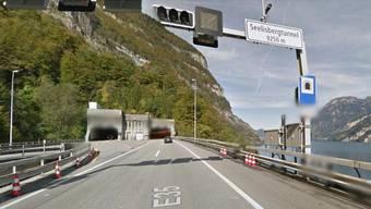 Wegen eines Staus ist der Seelisbergtunnel in Richtung Gotthard derzeit gesperrt.
