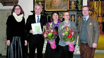 Die Autorinnen und Projektverantwortlichen präsentieren den neuen Band zusammen mit Regierungsrat Alex Hürzeler (2. v. l.).