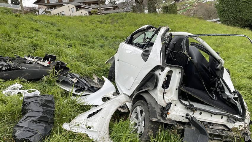 Führerloses Auto rollt 300 Meter einen Hang hinunter