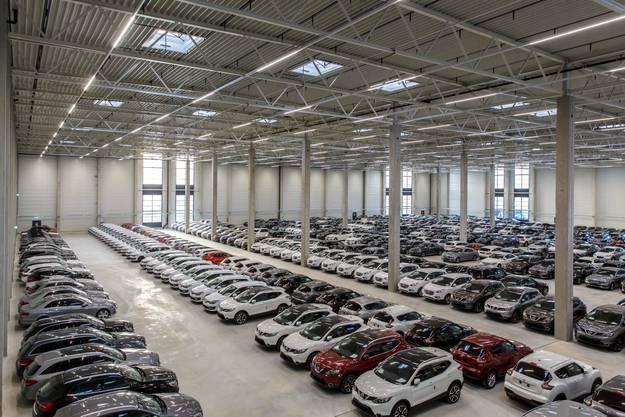Zwischennutzung der speziellen Art: Autos, wohin das Auge blickt. Und alle stehen in Reih und  Glied, tipptop ausgerichtet.