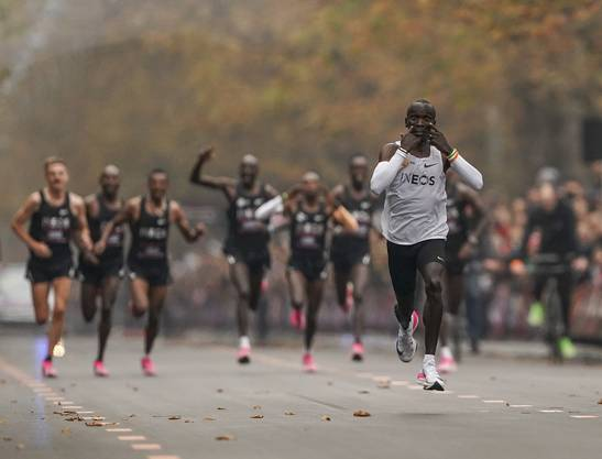Seine Tempomacher lassen den Läufer auf den letzten Hundert Metern davonziehen.