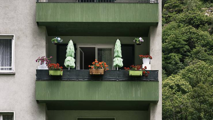 IV-Rentner sollen auch auf ihrem Balkon beobachtet werden dürfen. Die Nationalratskommission will Observationen und GPS-Tracker zulassen, aber eine richterliche Genehmigung verlangen. (Symbolbild)
