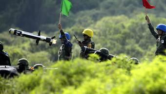 Rakete und Raktenwerfer des Javelin-Systems im Einsatz bei einer Übung in Taiwan. (Archivbild)