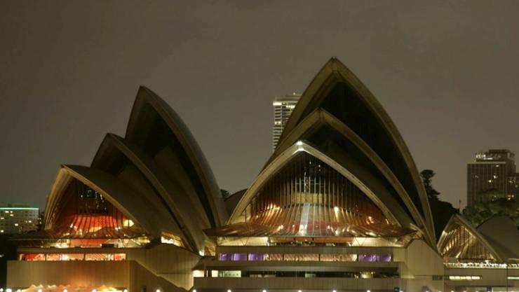 Als Zeichen für mehr Umweltschutz und Solidarität wurden am Samstagabend weltweit an berühmten Gebäuden - wie an der Oper im australischen Sydney - die Lichter für eine Stunde ausgeschaltet. (Archivbild)