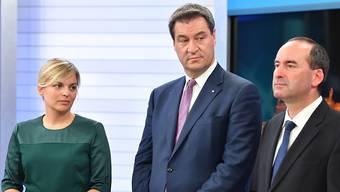 Die Spitzenkandidatin der Grünen, Katharina Schulze, der bayrische Ministerpräsident Markus Söder (CSU) und Hubert Aiwanger von den Freien Wählern. Die Grünen wurden nach Hochrechnungen mit 17,8 bis 17,9 Prozent der Stimmen zweitstärkste Kraft.