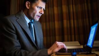"""Marcus Signer als Bundespolizist Manfred Kägi in der TV-Serie """"Wilder"""". Im wahren Leben stand der Schauspieler einst eher auf der anderen Seite des Gesetzes. (Bild SRF)"""