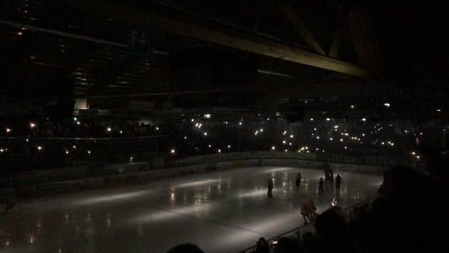 «Wir bitten euch, Ruhe zu bewahren»: Eishockey-Fans im Dunkeln