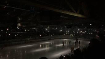 «Wir bitten euch, Ruhe zu bewahren»: Eishockey-Fans im Dunkeln.