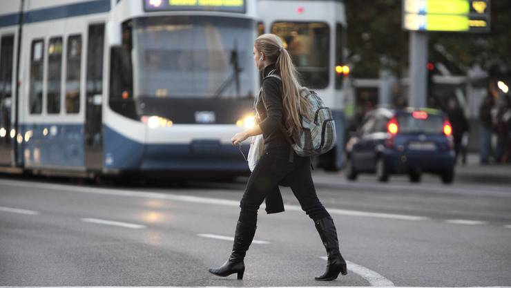 Handys als Gefahrenherd: Für die meisten Unfälle sind die Fussgänger selbst verantwortlich.