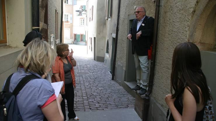 Rheinfelden: Die Journalisten lassen sich im Schelmengässli über die Stadtgeschichte informieren. SPI