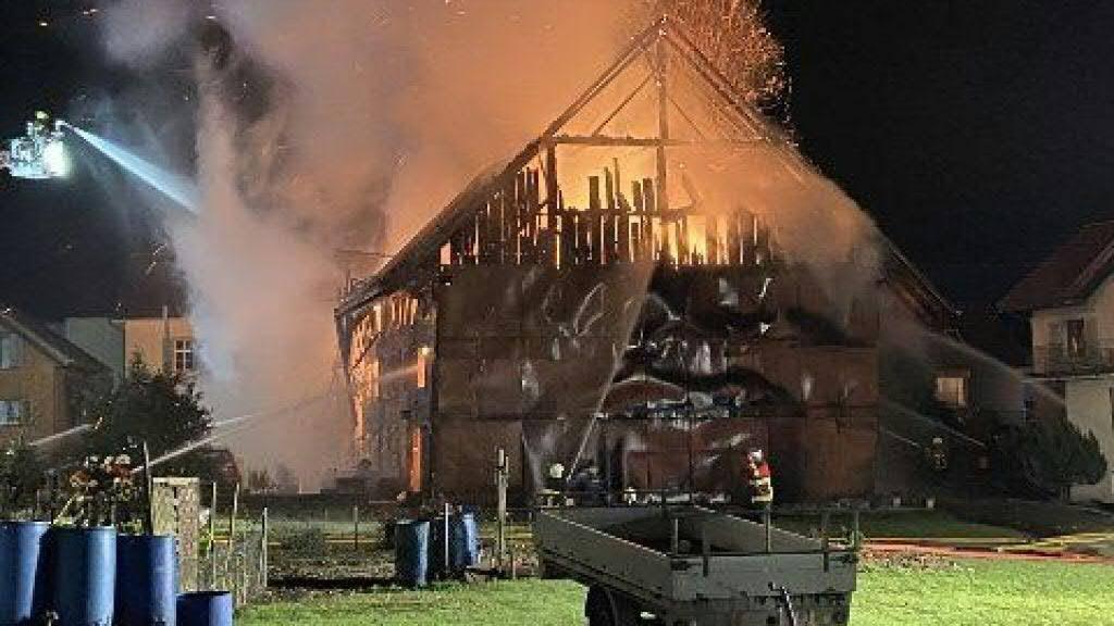 Eine Brandserie hatte Merenschwand AG im Dezember 2019 in Angst und Schrecken versetzt. Auch ein ehemaliges Bauernhaus und eine Scheune gingen in Flammen auf. (Archivbild)