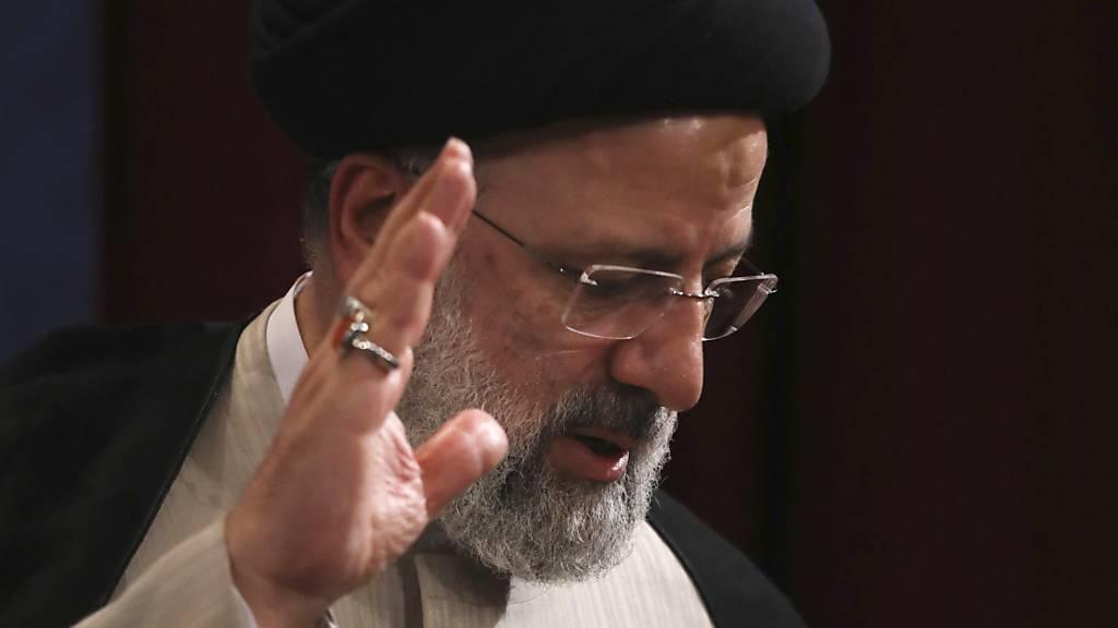 Der erzkonservative Kleriker Ebrahim Raisi hatte die Präsidentenwahl im Juni als Spitzenkandidat der Hardliner gewonnen. Der 60-Jährige wird nach Ansicht von Beobachtern die moderate Atompolitik der Vorgängerregierung nicht weiterführen. Foto: Vahid Salemi/AP/dpa