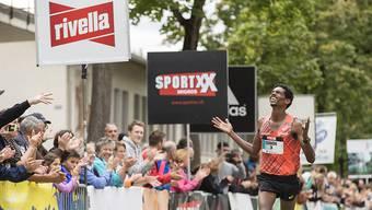 Simon Tesfay jubelt über seinen erstmaligen Triumph beim Greifenseelauf