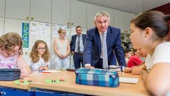 Bildungsdirektor Alex Hürzeler hat Schüler in Rohr besucht – und überraschende Neuigkeiten verkündet.