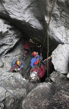 Höhlenforscher ist zurück an der Oberfläche